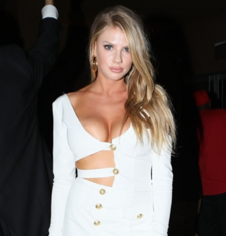 Charlotte McKinney Brings Her Own Punch  to the Mayweather/McGregor Fight [PICS]