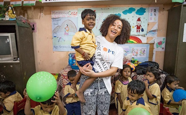 Waterford Rose sings to street children in India