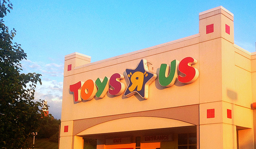 """A Sad Photo of Geoffrey Leaving an Empty Toys """"R"""" Us Is Bumming People Out"""