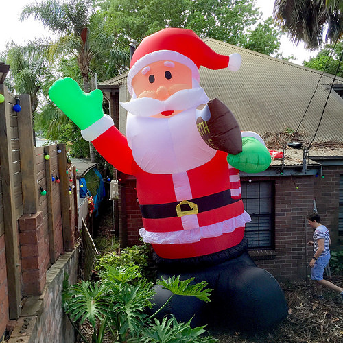 Giant Inflatable Santa Causes Traffic Chaos!