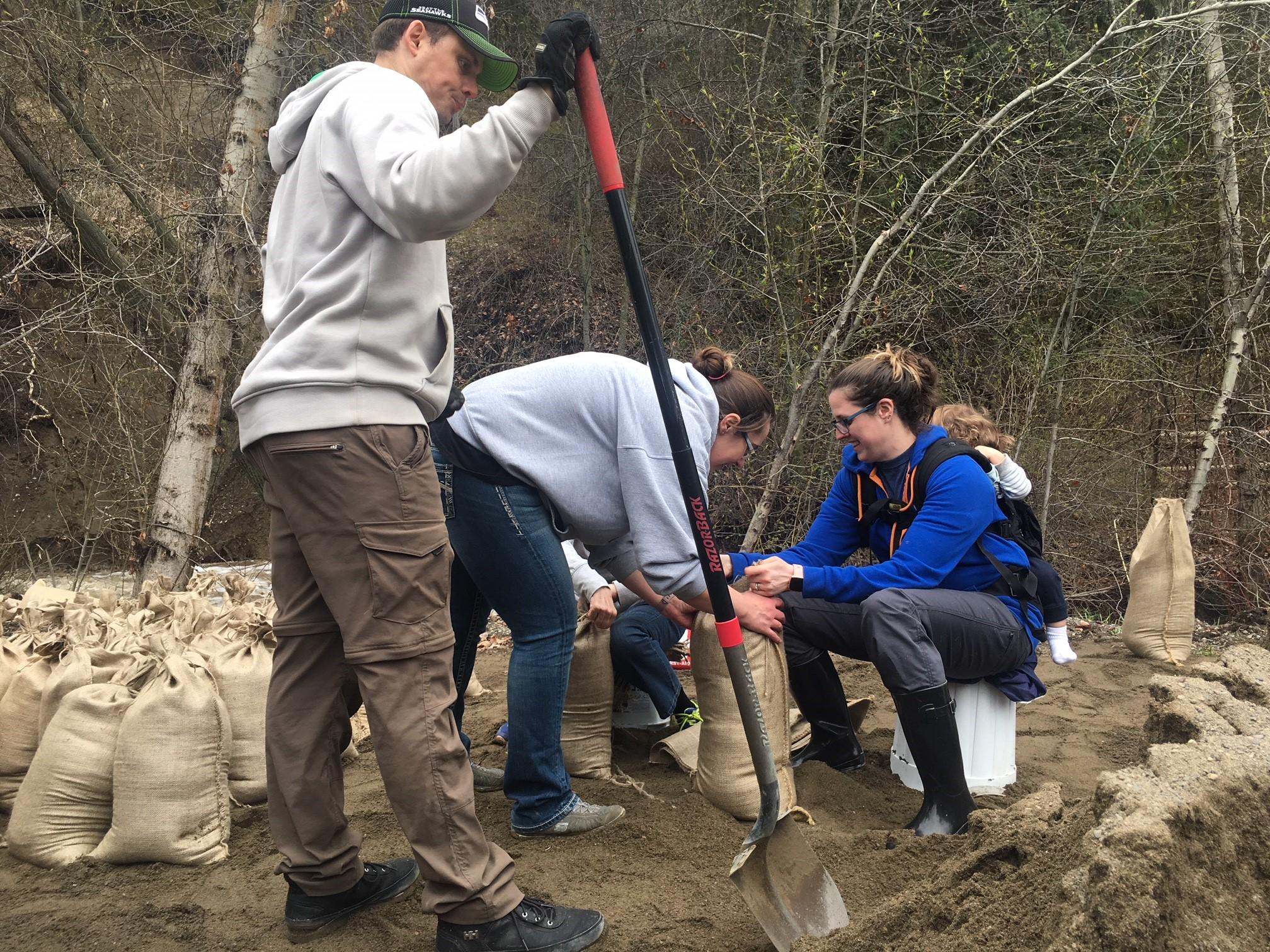 Neighbors help neighbors as sandbagging begins at Cherry Creek