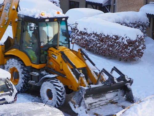 Snow crews working to clear roads and lots around London