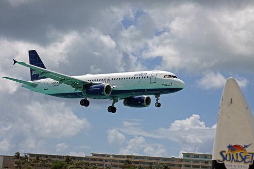 Flight Gets Diverted After Woman Unlocks Husbands Phone Finds Out He's Having An Affair