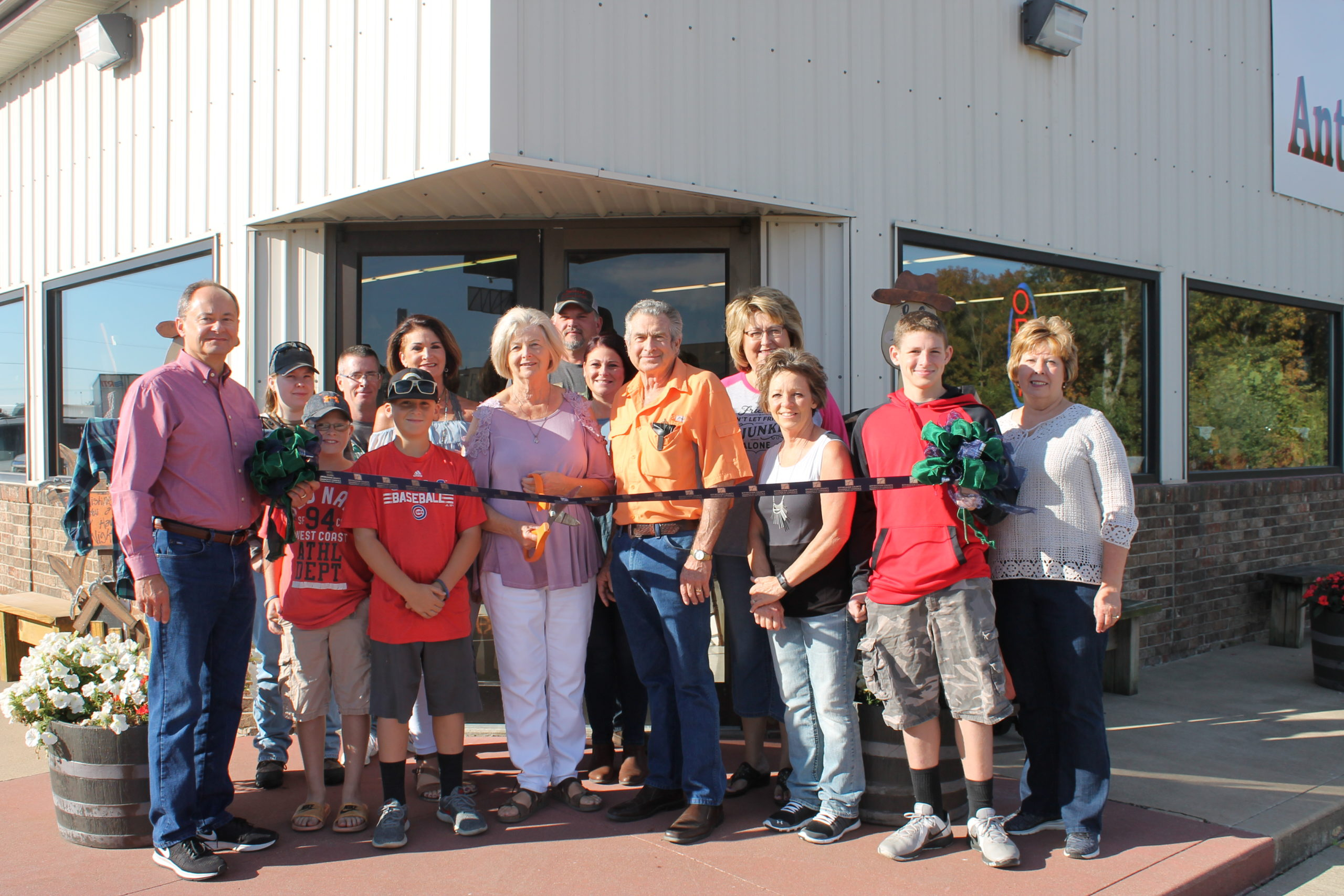 Effingham County Chamber Holds Ribbon Cutting Ceremony For Country Peddlers