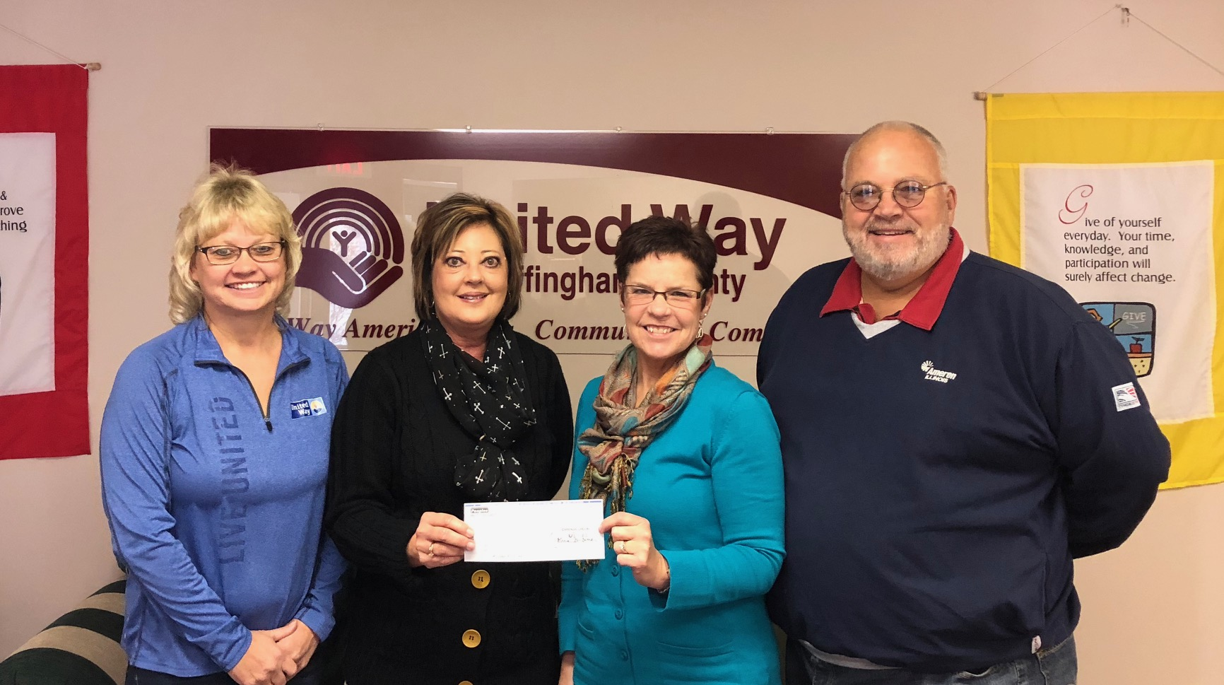 Peoples Bank & Trust donates to United Way