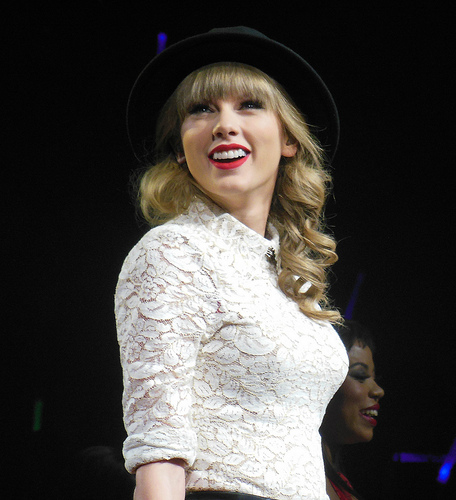 Taylor Swift Visits Girl In Phoenix Hospital