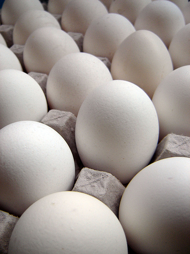 People Are Arguing Over How to Take Eggs Out of the Carton?