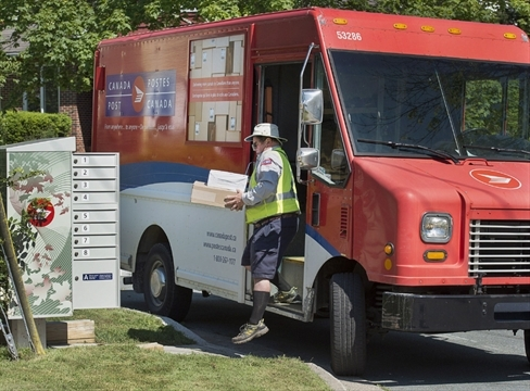 Canadian Union of Postal Workers delivers strike notice to Canada Post