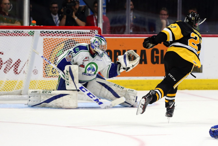 Late goal by Hamilton pulls them past Swift Current at Memorial Cup