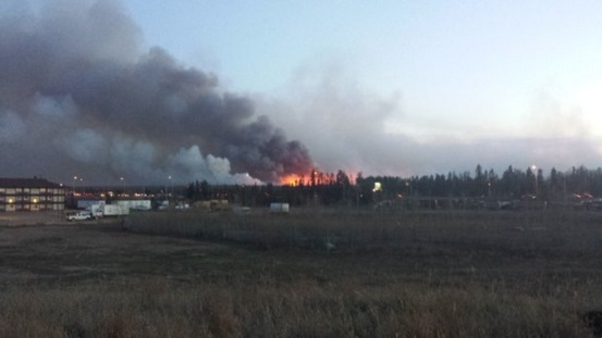 Wildfire continues to burn west of Fort McMurray, forces Centennial Park evacuation