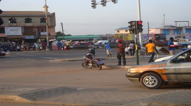 Robbers shoot police officers, steal car in broad day light at Lapaz