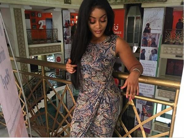 Damilola Shows Off Her Fingers Without A Ring Whilst She Stuns In New Photo