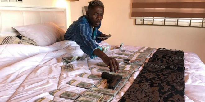 Video: Shatta Wale Flaunts Thousands of Dollars on His Bed