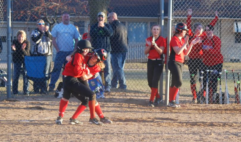 High School Softball: Shawano sweeps conference-leading Seymour, tightens Bay Conference race
