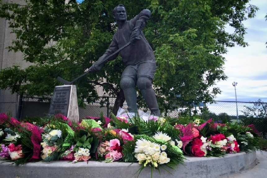 Gordie Howe's remains to be placed in statue honouring 'Mr. Hockey' in Saskatoon