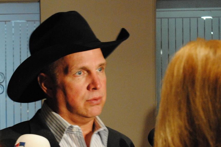 Garth Brooks stops by Regina to raise money for Saskatchewan's Children's Hospital
