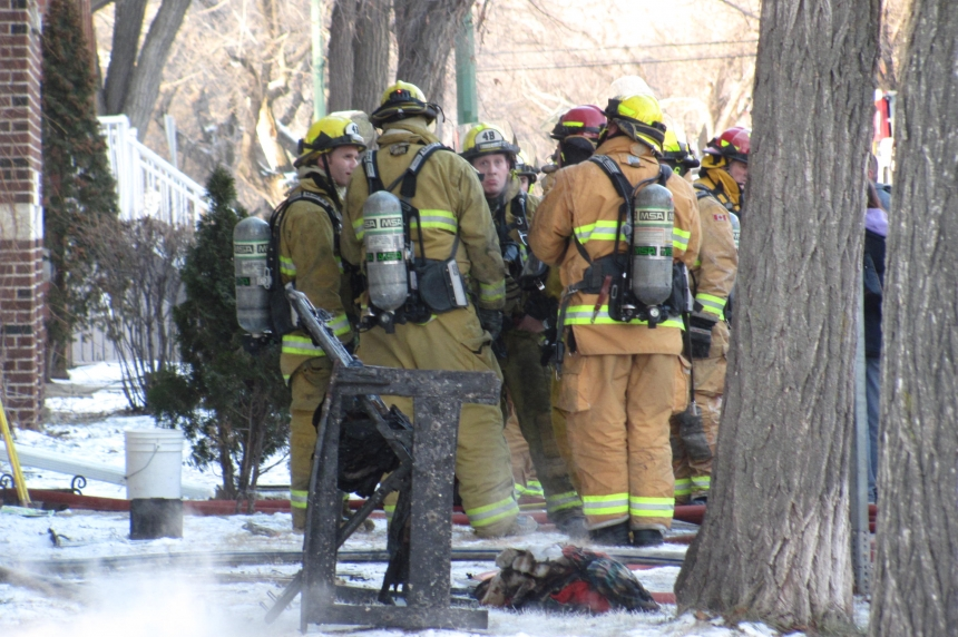 Firefighters help 3 people out of Regina apartment fire