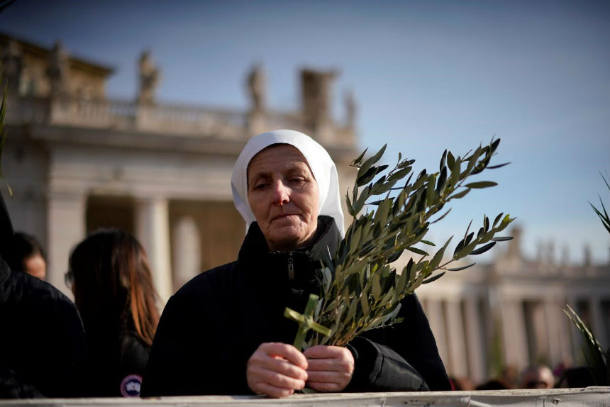 On Palm Sunday, pope urges youth to raise their voices