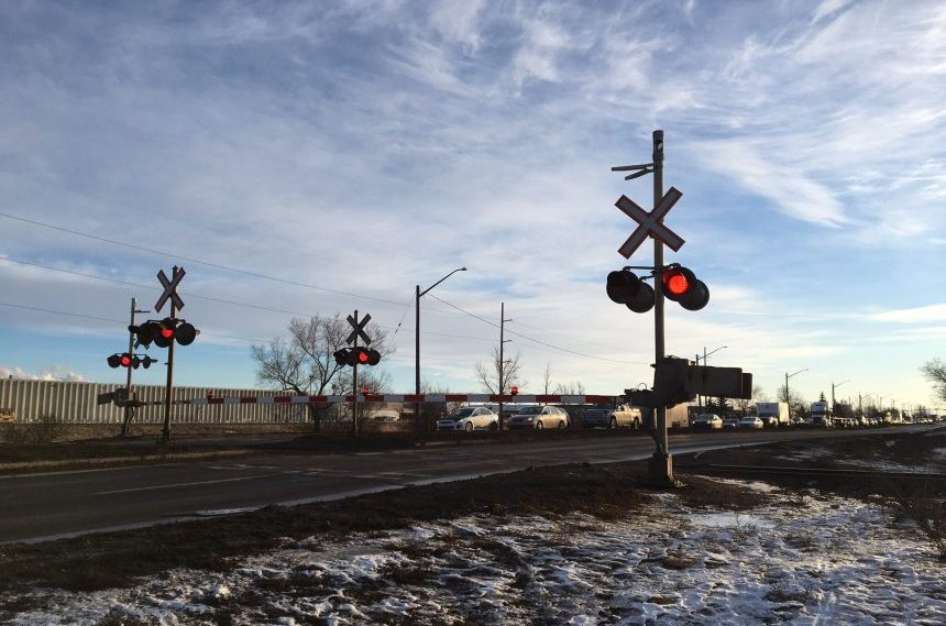 No train: drivers stuck at rail crossing for over an hour