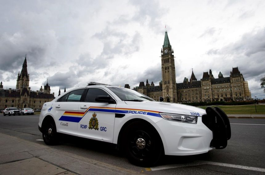 Security forces stop man with knife on Parliament Hill