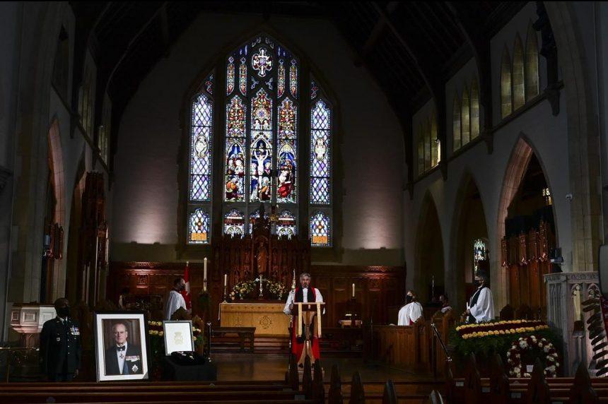 """beplay体育手机版菲利普王子在加拿大纪念服务期间被记住为""""一个伟大的服务人"""""""