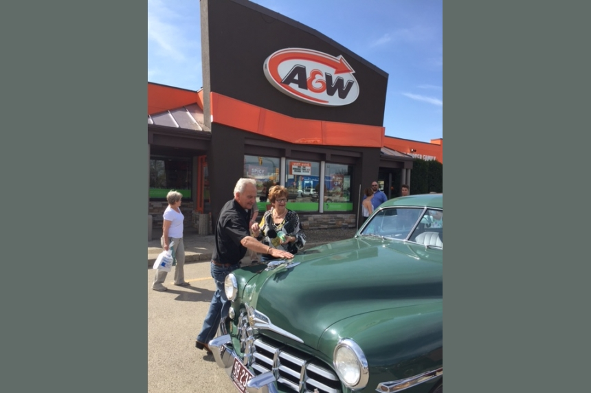 Saskatoon A&W turns back the clock for couple's 50th anniversary
