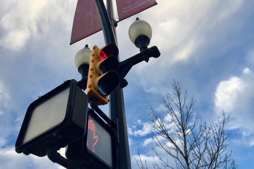 Saskatoon man beaten, robbed while stopped at red light