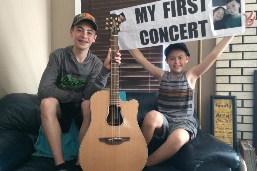 Saskatoon 'guitar boys' get ultimate gift from Garth Brooks