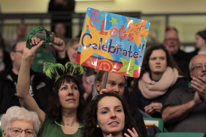 U of S Huskies fans welcome CIS champion women's basketball team home with pep rally