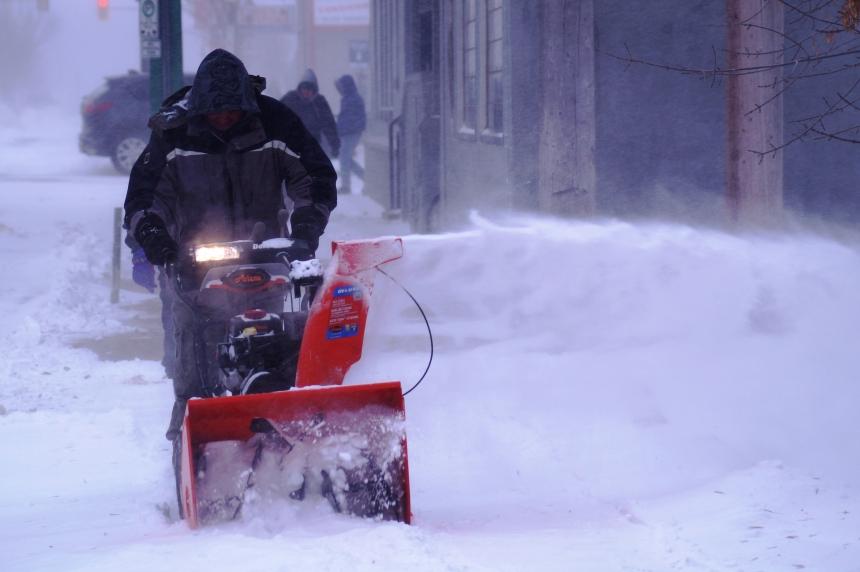 City crews battle blowing snow to clear Saskatoon roads