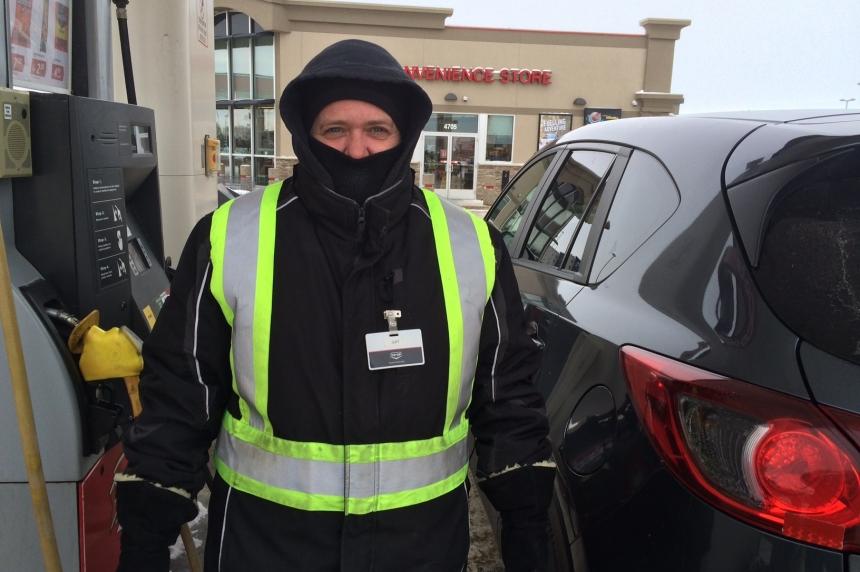 Outdoor workers bundle up for frigid temperatures in Regina