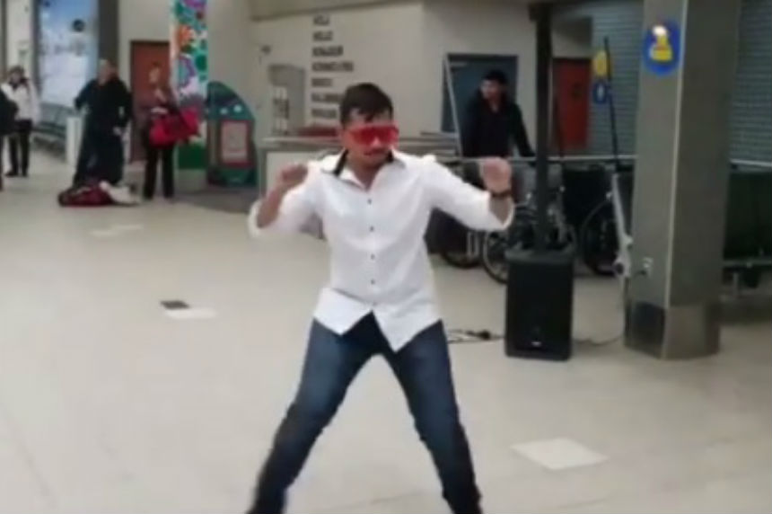 Man welcomes wife to Canada with epic dance at Sask. airport