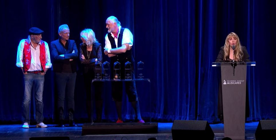 WATCH: Lindsay Buckingham sues Fleetwood Mac; says Stevie pushed him out over this moment...