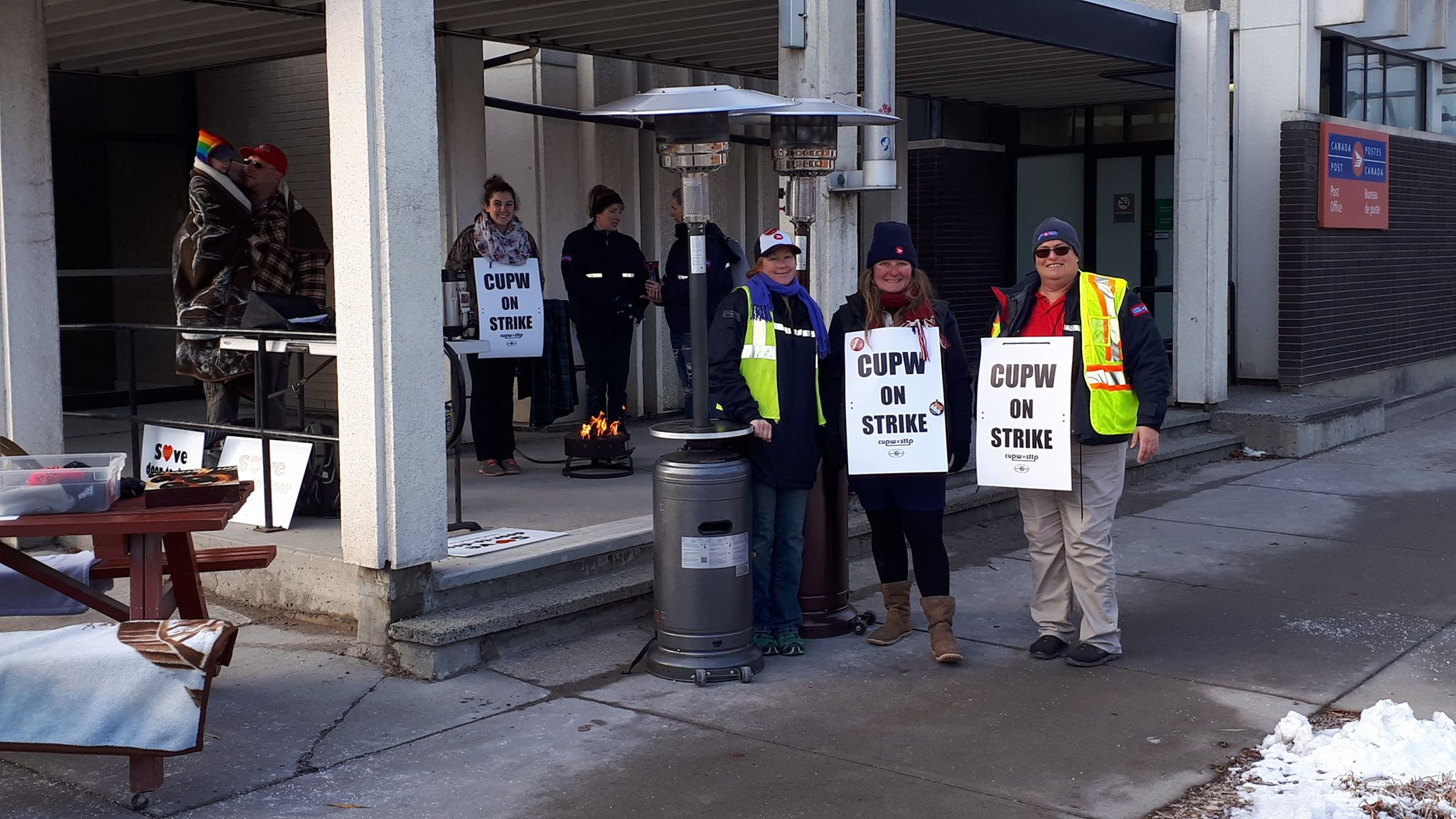 Rotating strikes come to Cranbrook, postal workers on picket lines