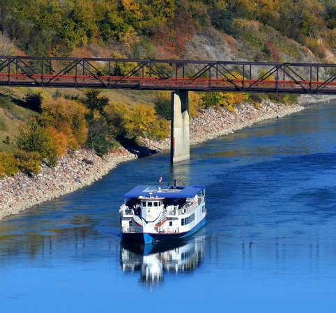 CAN YOU WORK A RIVERBOAT?  THE EDMONTON QUEEN NEEDS A CREW!