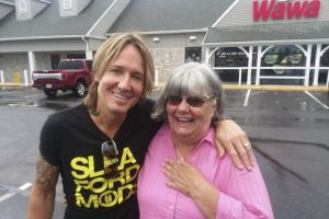 Woman Pays For Keith Urban's Snacks