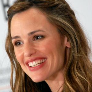 Jennifer Garner is smiling after Divorce is final!